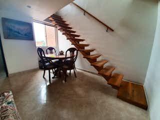 Una habitación llena de muebles de madera y suelos de madera en Camino Real