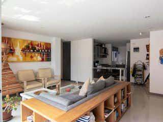 Una sala de estar llena de muebles y una mesa en Apartamento con Excelente Ubicación en Ciudad del Río