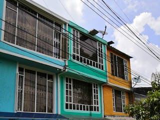Un gran edificio con un gran edificio en el lado en Casa En Venta En Bogota Villa Andrea