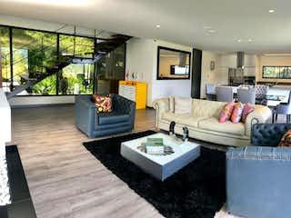 Una sala de estar llena de muebles y una mesa en Casa En Venta En Medellin Alto De Las Palmas