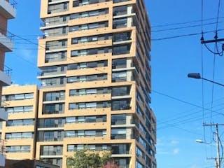 Una calle de la ciudad con edificios altos en el fondo en APARTAMENTO MODERNO EN VENTA LISBOA, 2 HAB, 1 PARQ