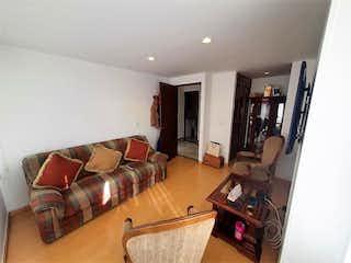 Una sala de estar llena de muebles y una televisión de pantalla plana en Apartamento en venta en Polo Club 122m²