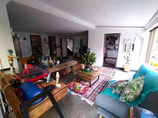 Una sala de estar llena de muebles y una chimenea en Apartamento en venta en El Campestre, de 124mtrs2