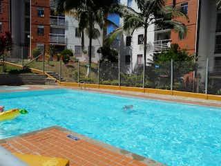 Una piscina que tiene una piscina en Apartamento De 60 m En Zona De Riachuelos Bello - Antioquia