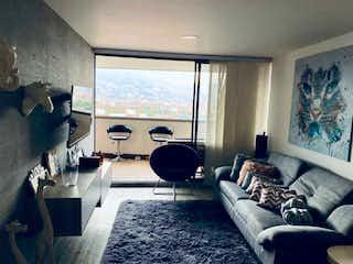 Una sala de estar llena de muebles y una gran ventana en Apartamento en venta de 93m2 en Loma de Los Bernal, Medellín