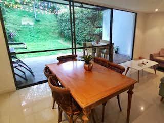 Una sala de estar llena de muebles y una gran ventana en Casa con buen jardín y super silenciosa