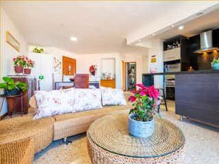 Una sala de estar llena de muebles y flores en Se vende Apartamento en Laureles