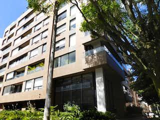 Un gran edificio de ladrillo con un reloj en él en Apartamento en Venta SANTA ANA