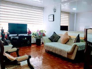 Una sala de estar llena de muebles y una televisión de pantalla plana en Casa en Venta VILLA CLAUDIA