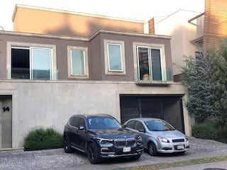 Un coche estacionado delante de una casa en CASA EN VENTA ENCUMBRES DE SANTA FE