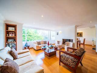 Una sala de estar llena de muebles y una televisión de pantalla plana en 103941 - VENTA APARTAMENTO CON TERRAZA SANTA ANA ORIENTAL