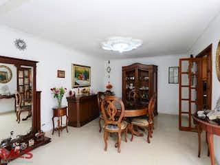 Una habitación llena de un montón de muebles de madera en No aplica