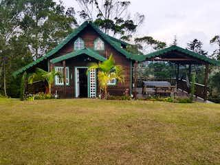 Un granero con un techo de madera y un techo de madera en Casa en venta en Casco Urbano Guarne, 170m²