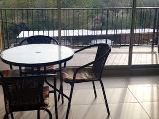 Una silla y una mesa en una habitación en Venta Apartamento Santafe de Antioquia