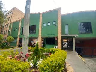Un gran edificio con flores delante de él en Apartamento En Venta En Bogota La Uribe-Usaquén
