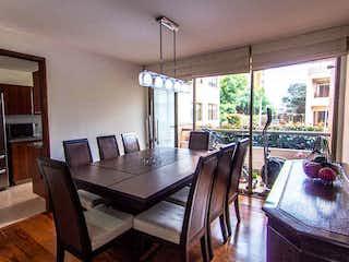 Una sala de estar llena de muebles y una televisión de pantalla plana en Apartamento en venta en Barrio Usaquén, de 130mtrs2