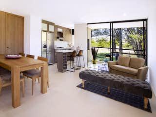 Una sala de estar llena de muebles y una ventana en Forest