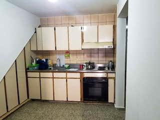 Una cocina con una estufa de fregadero y horno en Casa en venta en Plaza de Ferias, de 105mtrs2