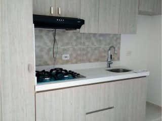 Un cuarto de baño con lavabo y un espejo en SE VENDE APRTAMENTO EN EL RETIRO, ANTIOQUIA, FONTIBON