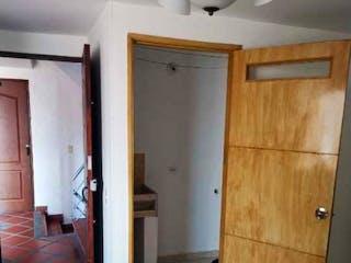 Un cuarto de baño que tiene una puerta de madera en Apartamento en venta en Simón Bolívar, de 34,5mtrs2