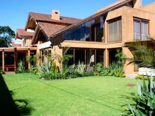 Una casa que tiene una casa en el fondo en VENTA HERMOSA CASA EN SAN JOS DE BAVARIA