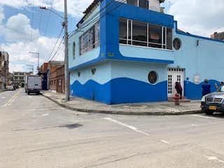 Un autobús azul de dos pisos estacionado delante de un edificio en Casalote En Venta En Bogota La Granja