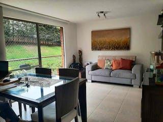 Una sala de estar llena de muebles y una ventana en VENTA APARTAMENTO EN ENVIGADO LAS ANTILLAS