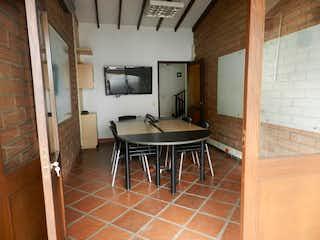 Una habitación que tiene una mesa y sillas en ella en Casa en Venta AGUACATALA