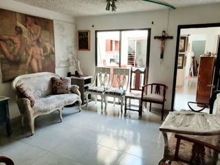 Una sala de estar llena de muebles y una chimenea en Casa en Venta SIMON BOLIVAR