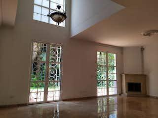 Una habitación con un gran ventanal y un gran ventanal en Casa en Venta EL TESORO