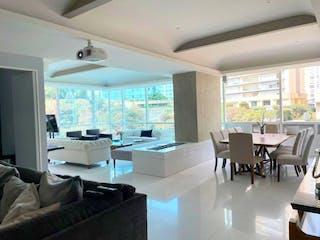 Una sala de estar llena de muebles y una ventana en Venta de Departamento en Residencial Vidalta, Cuajimalpa, CDMX