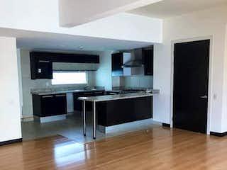 Una sala de estar con suelos de madera dura y un ventilador de techo en Casa en venta en Irrigación, de 117mtrs2