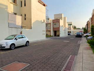 Una calle de la ciudad llena de edificios y coches en CASA EN VENTA EN FRACCIONAMIENTO PRIVADO EN LOMAS ESTRELLA IZTAPALAPA