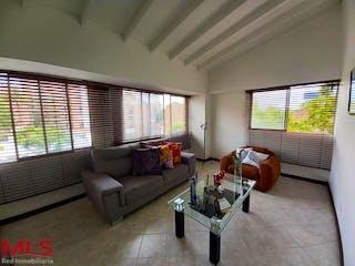 Una sala de estar llena de muebles y una gran ventana en AV 33