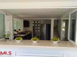 Una cocina con un montón de plantas en macetas en el mostrador en Poblado del Hato
