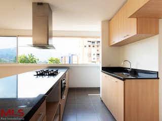 Una cocina con una estufa y un fregadero en Mizu