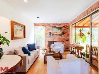 Una sala de estar llena de muebles y una gran ventana en Madeira