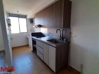 Una cocina con un fregadero y un horno de cocina en La Serrana