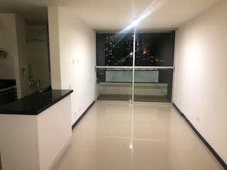 Un cuarto de baño blanco con una puerta de ducha de cristal en Apartamento en venta en El Trapiche, de 66mtrs2
