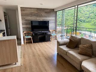 Una sala de estar llena de muebles y una televisión de pantalla plana en Apartamento en venta en Cañaveralejo, de 67mtrs2