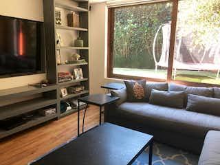 Una sala de estar llena de muebles y una televisión de pantalla plana en CASA EN VENTA EN BOSQUES DE LAS LOMAS $19.5 mdp