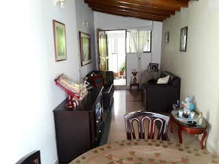 Una sala de estar llena de muebles y una ventana en APARTAMENTO EN EL BARRIO LA AMERICA