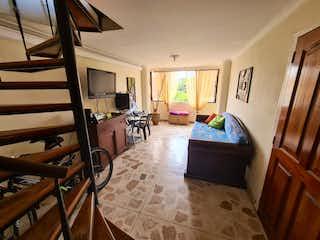 Una sala de estar llena de muebles y una ventana en Vendo apartamento duplex estadio quinto piso