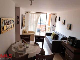Una sala de estar llena de muebles y una ventana en Vivaldi