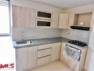 Una cocina con armarios blancos y electrodomésticos blancos en Britania