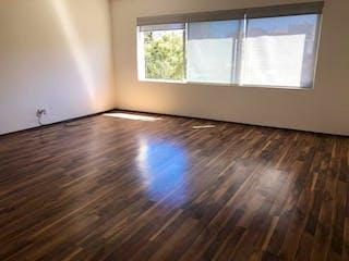 Una vista de una sala de estar con suelos de madera en Departamento en Venta en Bosques de las Lomas Cuajimalpa de Morelos