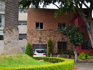 Un edificio con un árbol delante de él en Casa en Venta en Del Valle Centro Benito Juárez