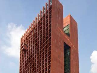 Un edificio alto con un reloj en la parte superior en Departamento en venta en Tabacalera de 90m² con Jardín...