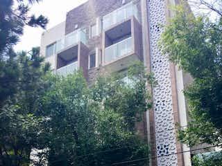 Una persona de pie delante de un edificio en Departamento en venta en Santa Cruz Atoyac de 2 recámaras