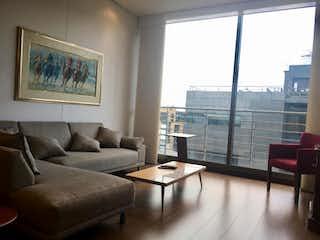 Una sala de estar llena de muebles y una gran ventana en Edificio